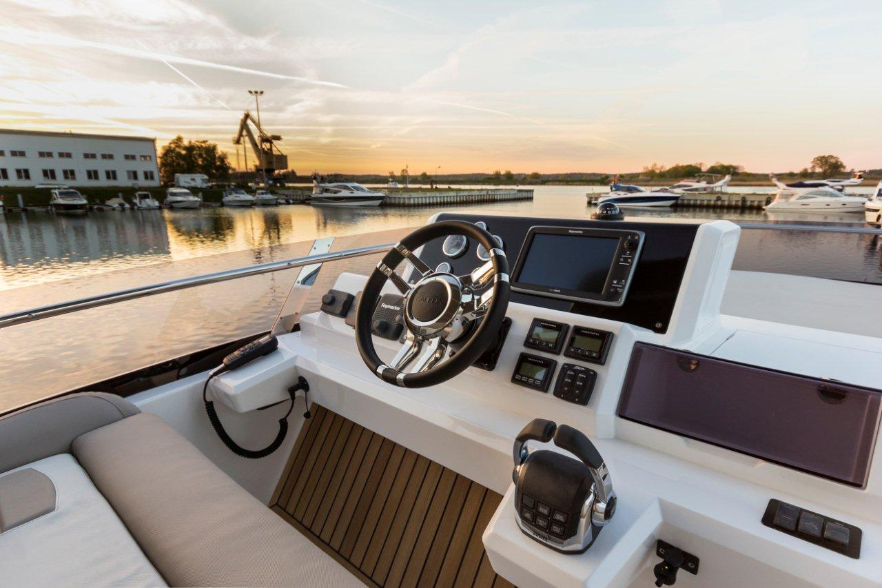 Galeon 550 FLY Cockpit image 18