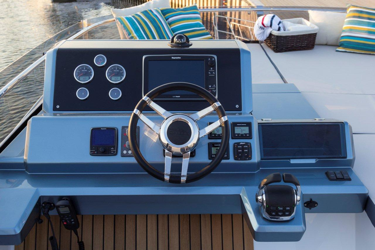 Galeon 550 FLY Cockpit image 5