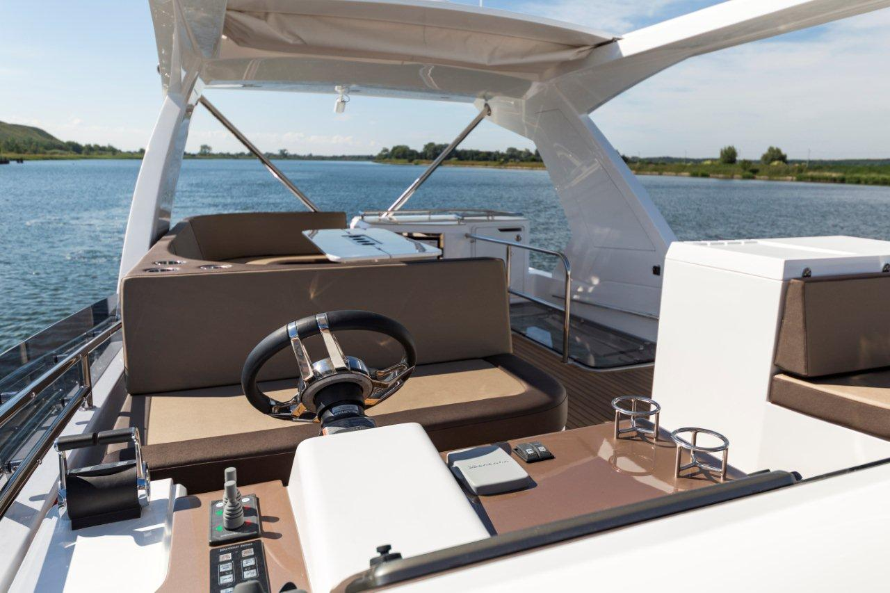 Galeon 660 FLY Cockpit image 4
