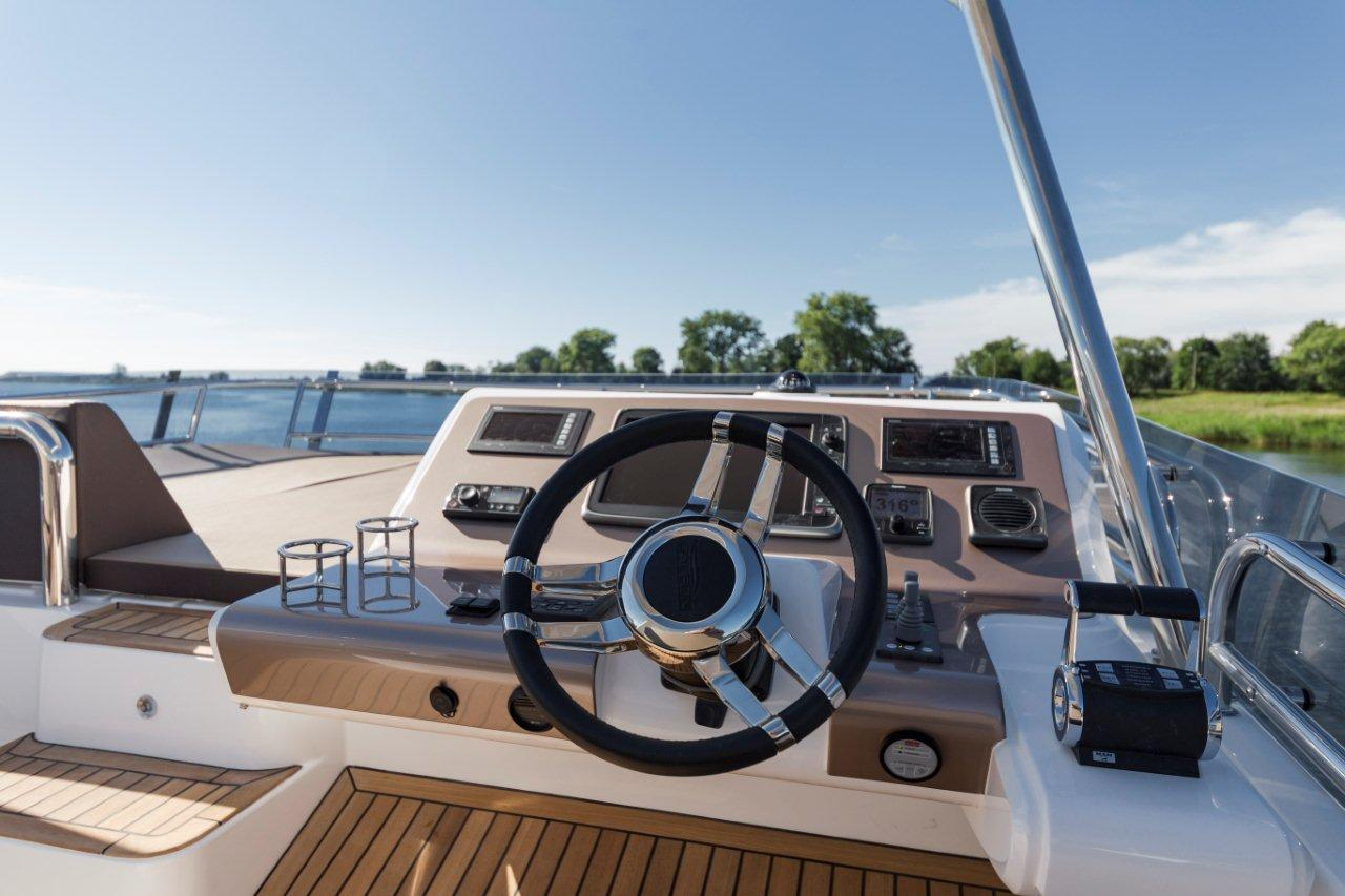 Galeon 660 FLY Cockpit image 9